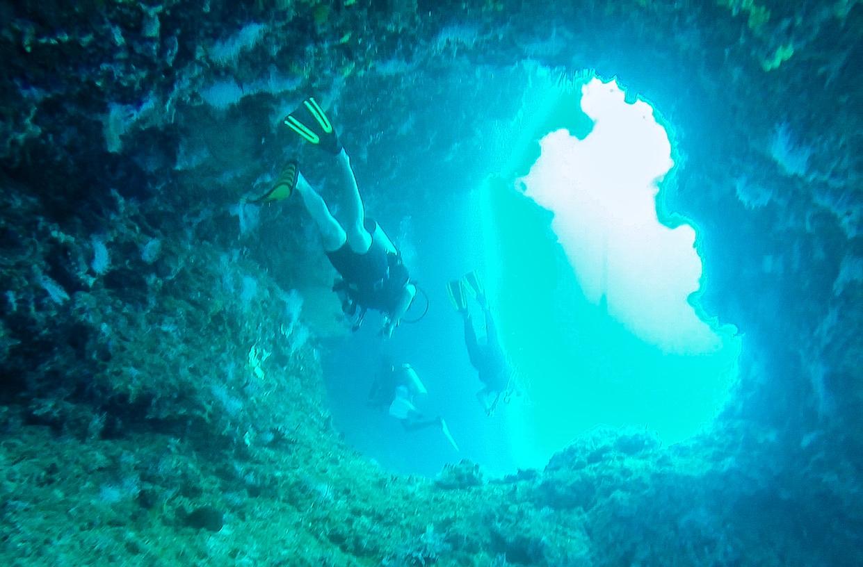 Explorando las cavernas. Guraidhoo, Maldivas