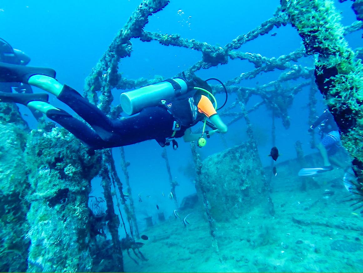 Explorando el wreck bajo las aguas de Maldivas