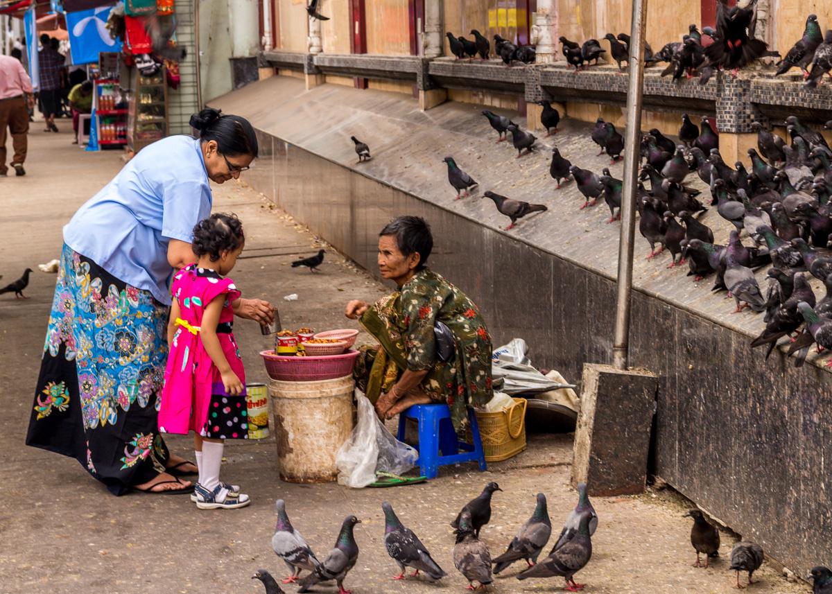 Comprando comida para las palomas, Yangon
