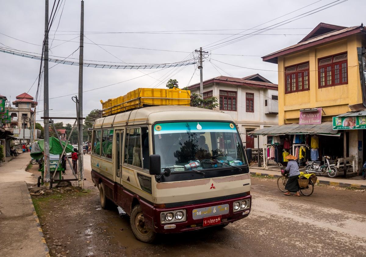 Día de lluvia en las calles de Hsipaw