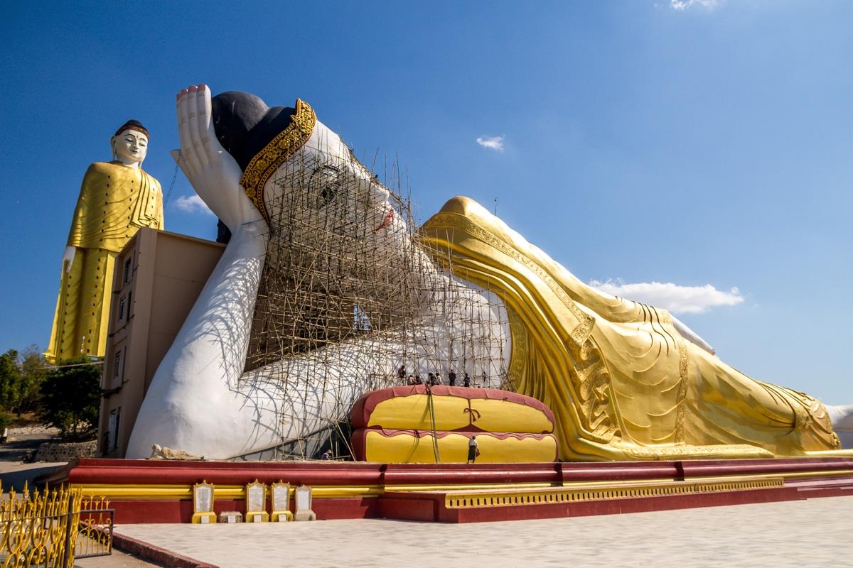 El Buda reclinado tampoco se queda atrás... Los de prevención de riesgos laborales morirían de infarto con el andamio