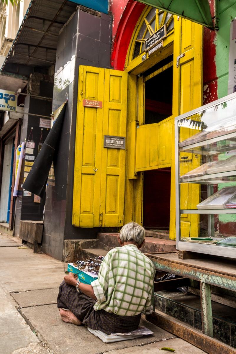 Vendiendo gafas de sol, poco negocio en Myanmar