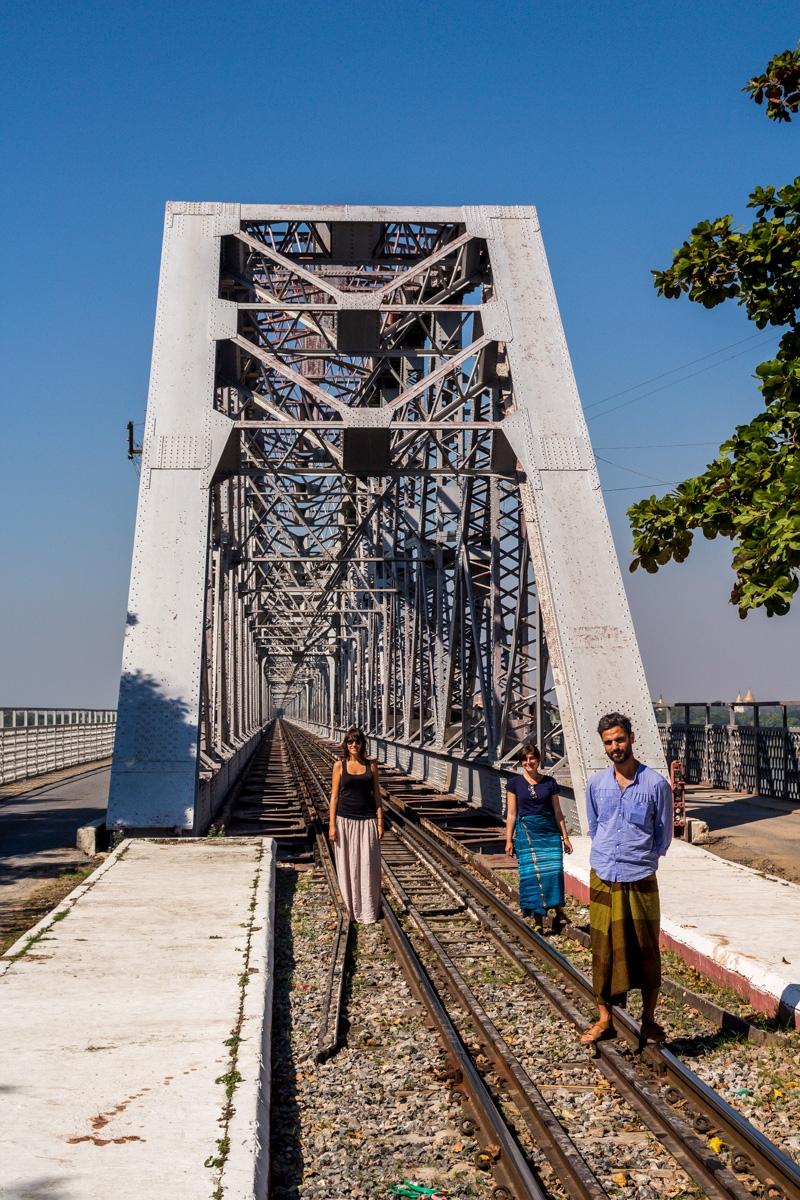Con Artiq y Amy, a punto de cruzar el puente en nuestra moto