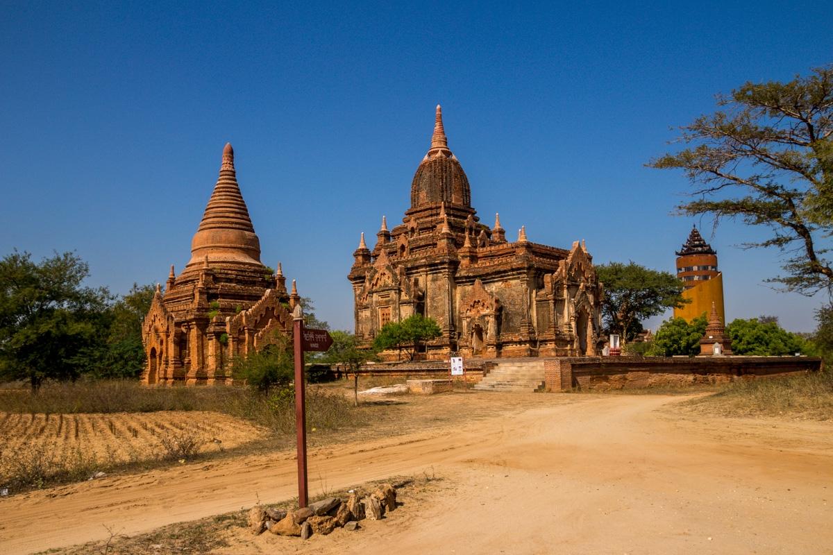 Templos y la torre de fondo, Bagan