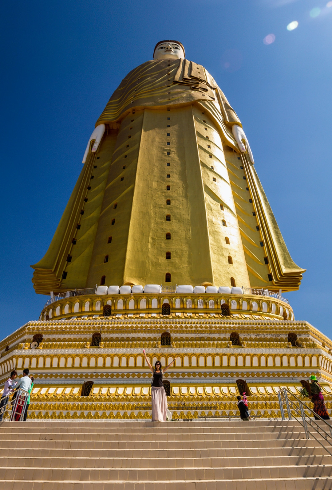 Carol a los pies del Buda de 130 metros, Monywa