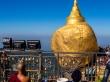 Peregrinos rezando cara a la Golden Rock