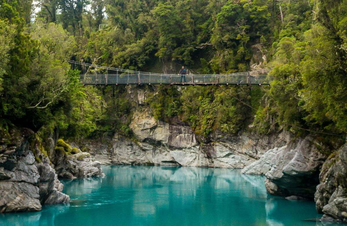 Ahí estoy, en lo alto del puente en la Hokitika Gorge, Westland