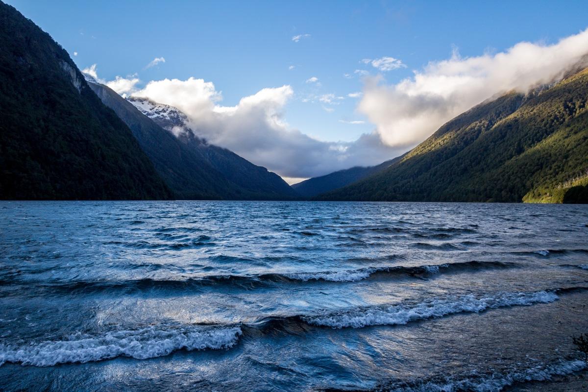 El lago Gunn, llegando a Milford Sound