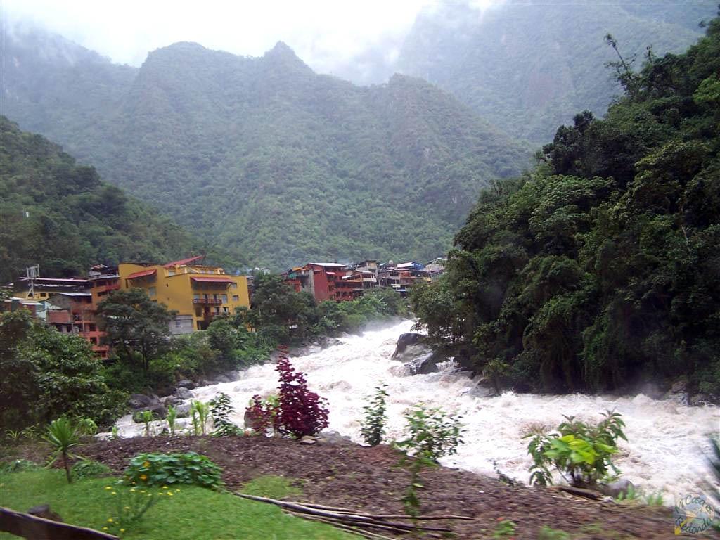 Yendo hacia Aguas Calientes, con el río Urubamba muy crecido