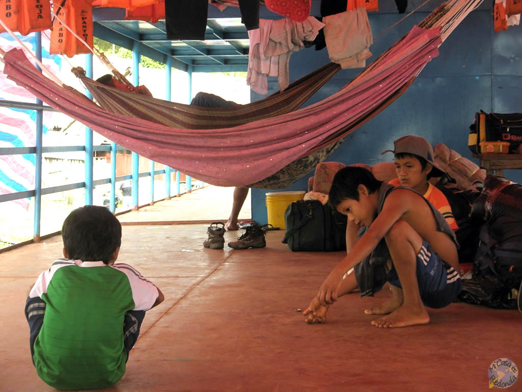 Los chavales jugando a las chapas en el Cabo Pantoja