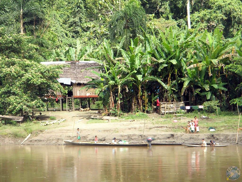 Íbamos dejando atras pequeñas comunidades, mientras remontábamos el río