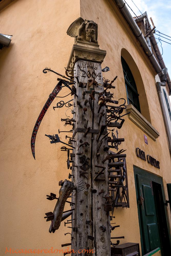Montones de armas clavadas, Sibiu