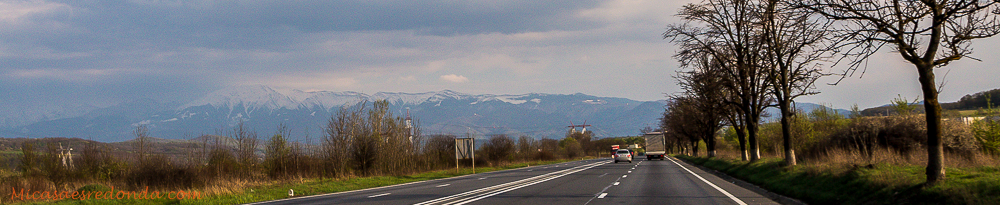 Carretaras de Rumanía, con los Cárpatos al fondo
