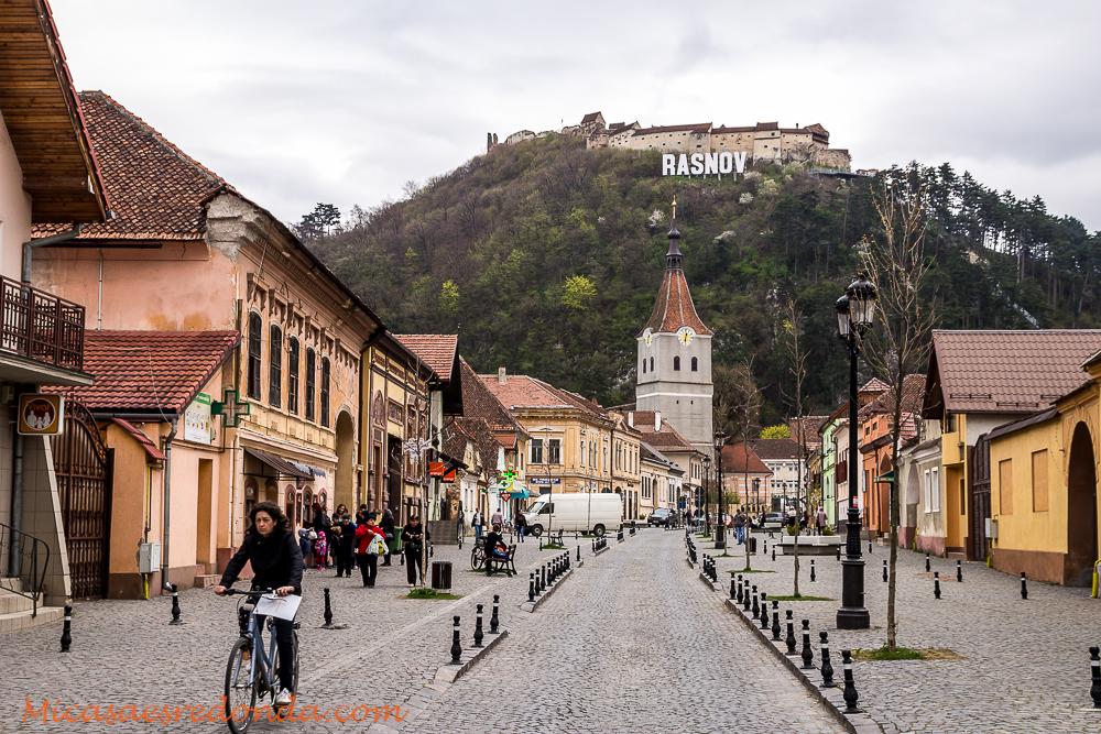 Calles de Rasnov, con la ciudadela al fondo