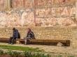 Locales al sol de Abril en Bucovina