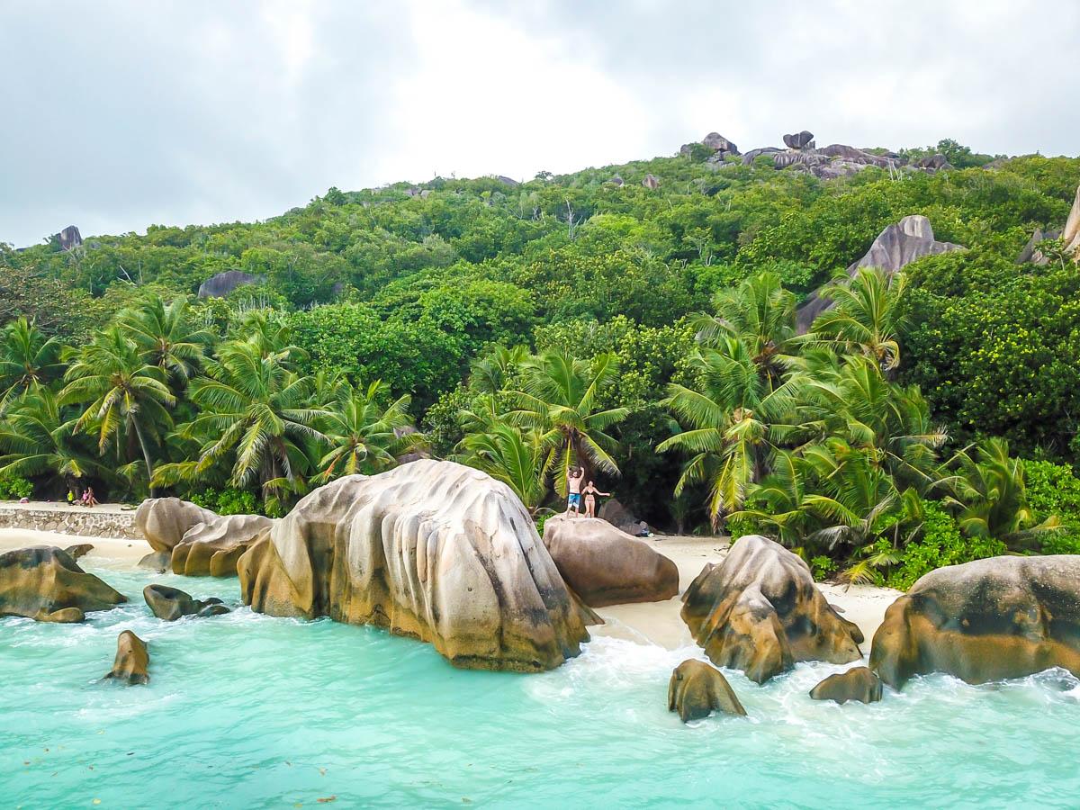 Subidos en las rocas de La Digue, Seychelles