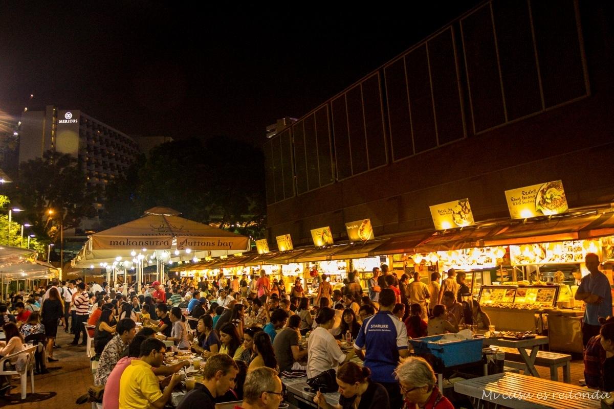 Cenando en uno de los food court de Singapur