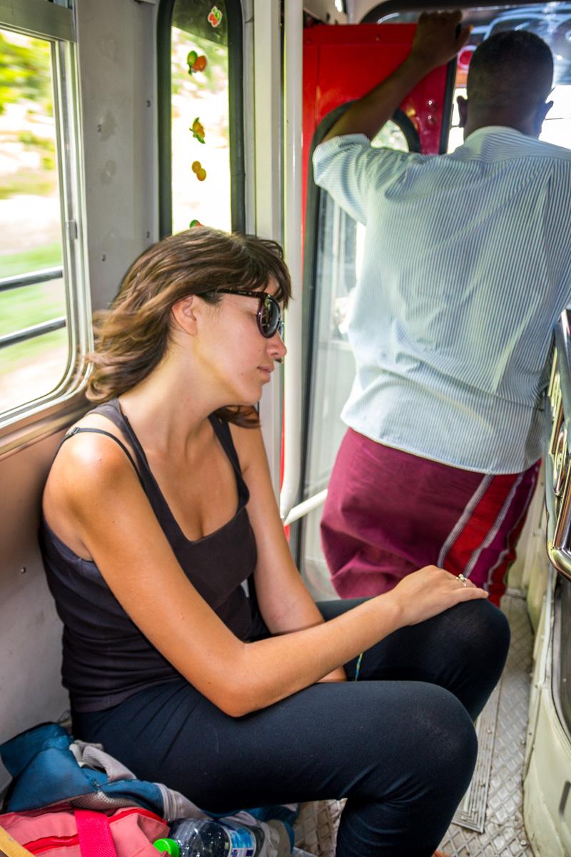 Aunque el bus vaya lleno siempre hay un huequín para dormir