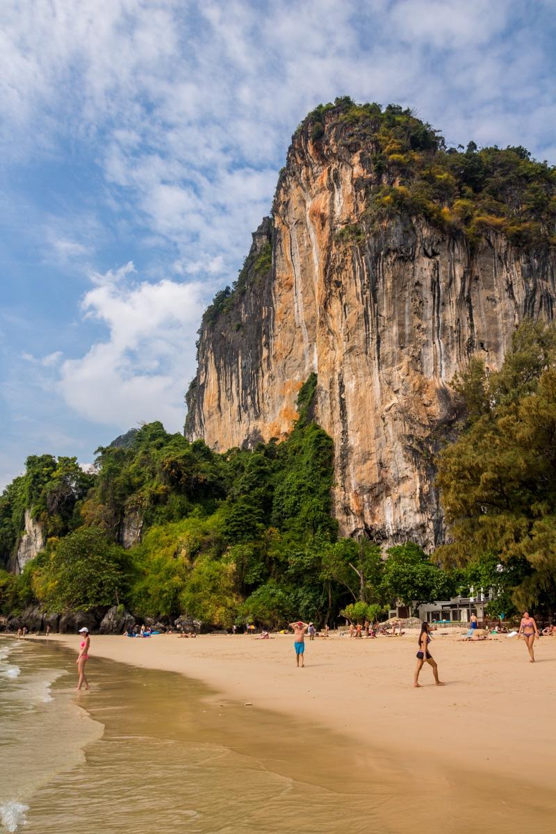 Cortados en la roca junto a la playa, Railay