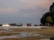 Tractores dentro del mar descargando humanos en sus barcos, marea baja en Railay