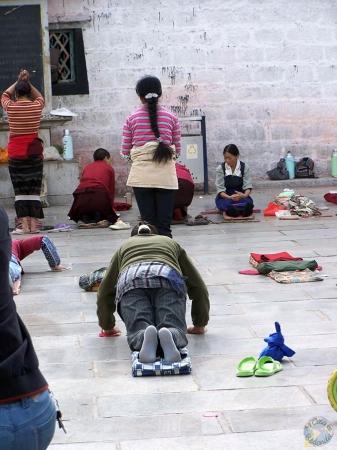 La entrada al templo de Jokhang, en Lhasa