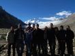 Fotos grupales con la gran montaña detrás