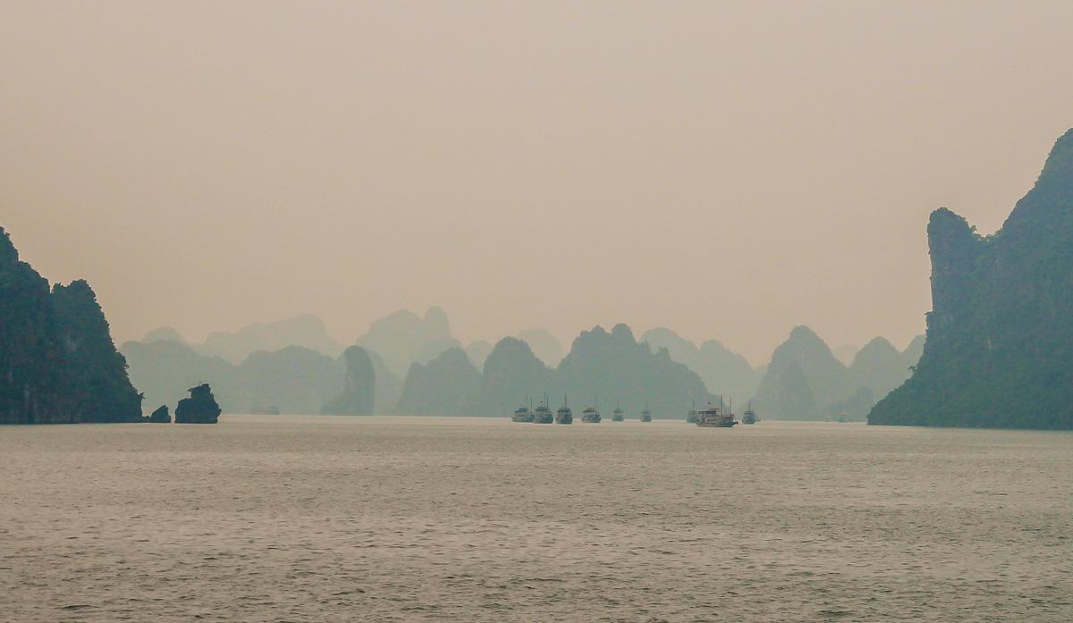 Barcos surcando Halong Bay