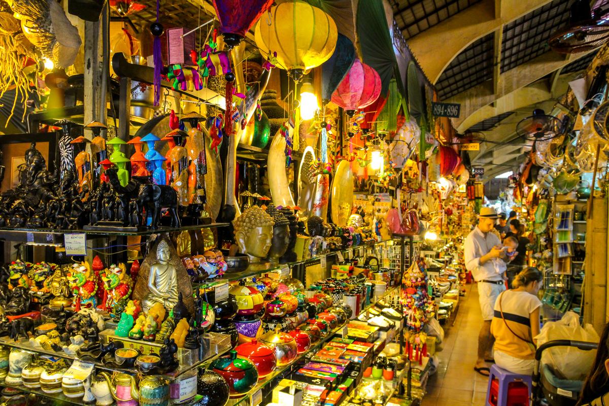 Souvenirrrs, artículos de coña! Mercado de Mercado Ben Thanh, Saigon