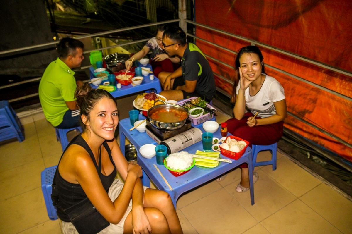 Con Violet cenando Hot Pot en Hanoi