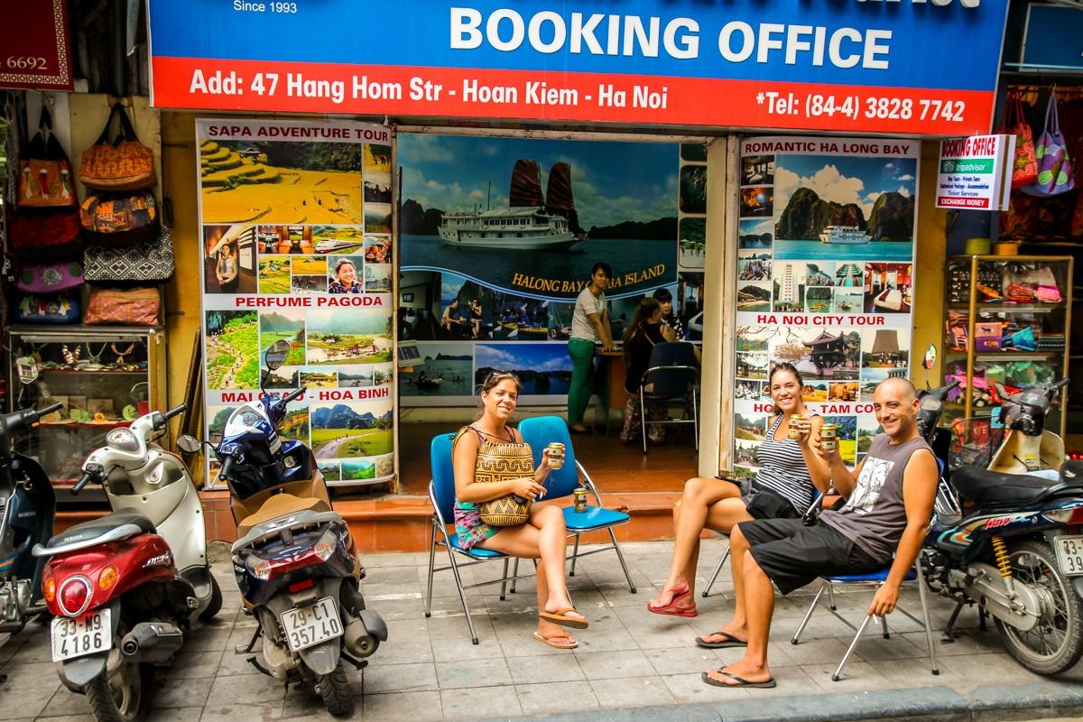 Decidiendo qué tour a Halong Bay escoger, birra en mano