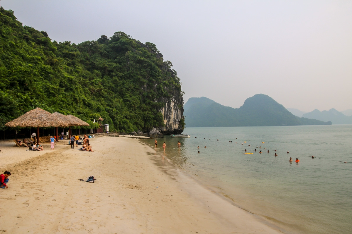 Playa en islote de Halong Bay