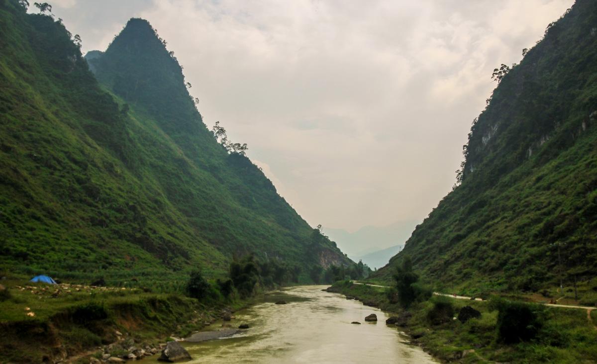 La carretera va siguiendo el río - QL34 road
