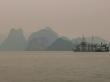Barcos contra la niebla de Halong Bay
