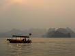 Con el sol cubierto por la calima, Halong Bay