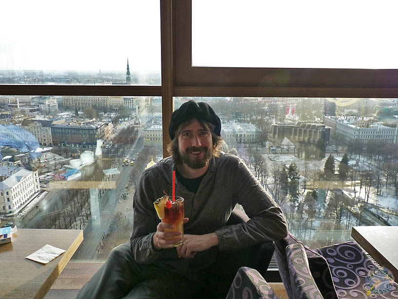 Tomando un cócktail en el Skyline bar, Riga