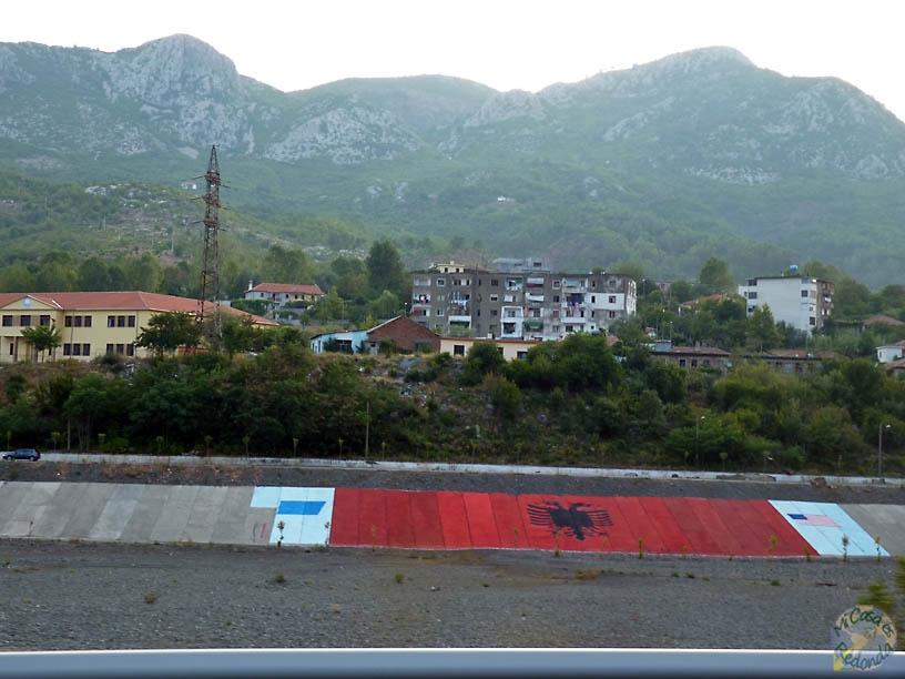 Banderas albanas molonas