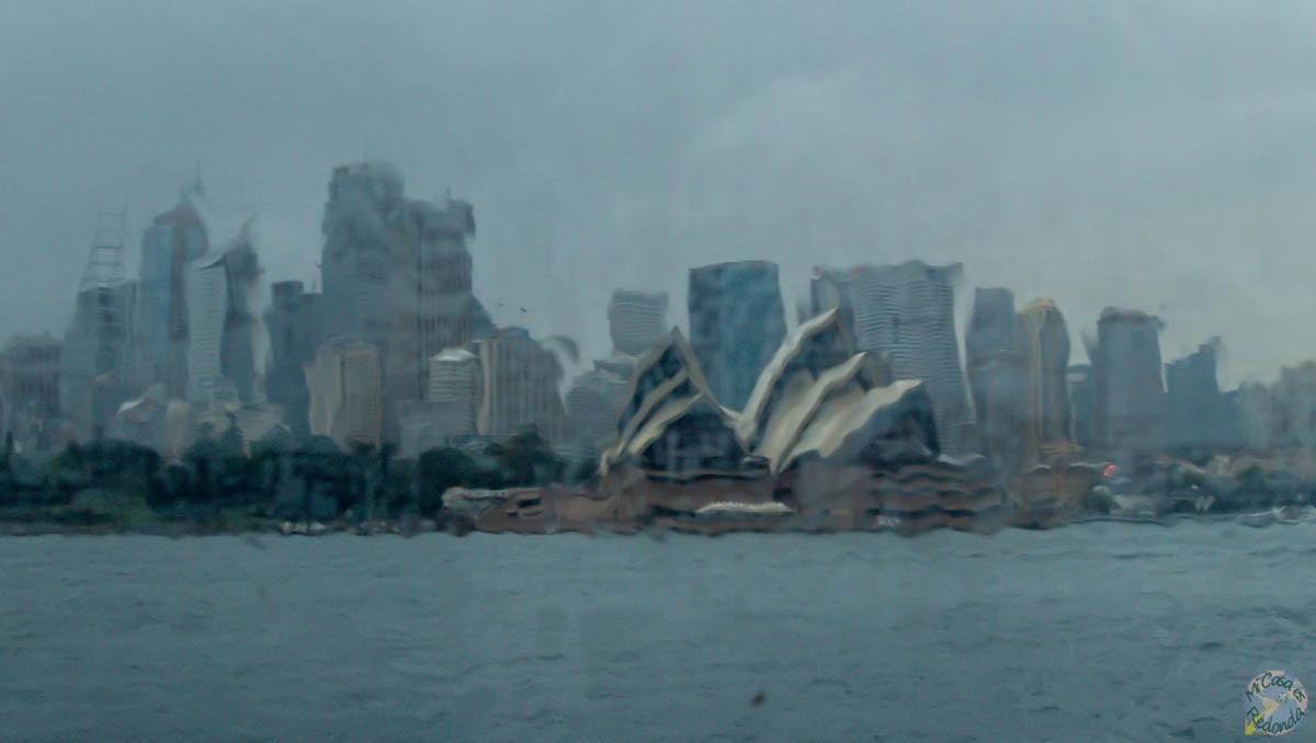 Diluviando, Sydney desde el cristal del ferry