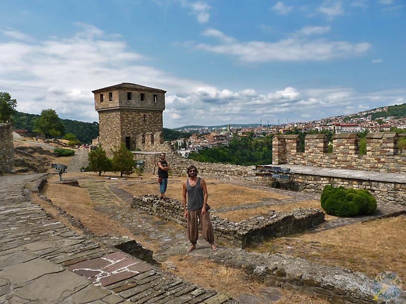 Más por la fortaleza, con Veliko Tarnovo de fondo