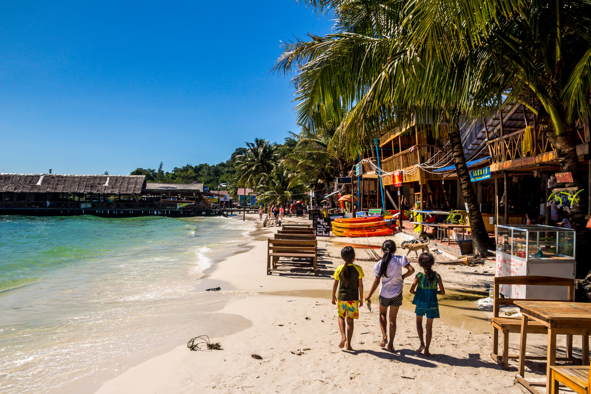 Niños paseando por Koh Rong