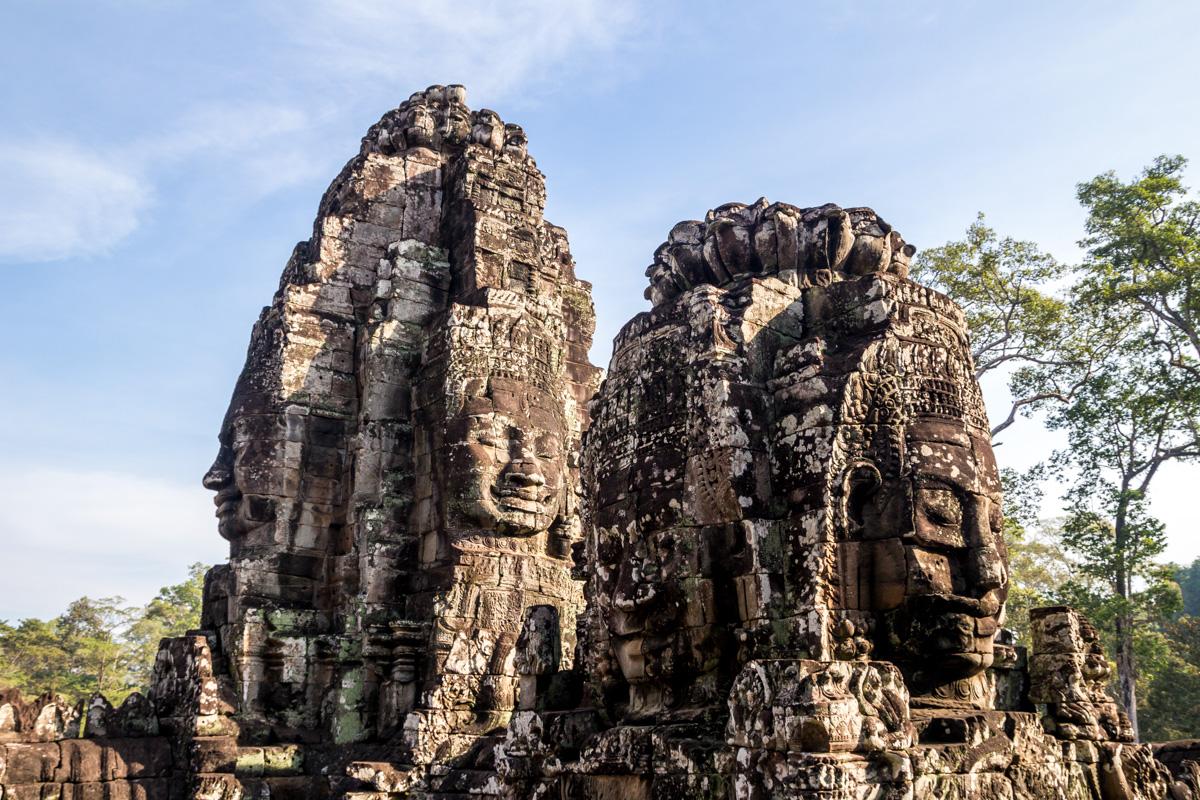 Caras esculpidas en piedra