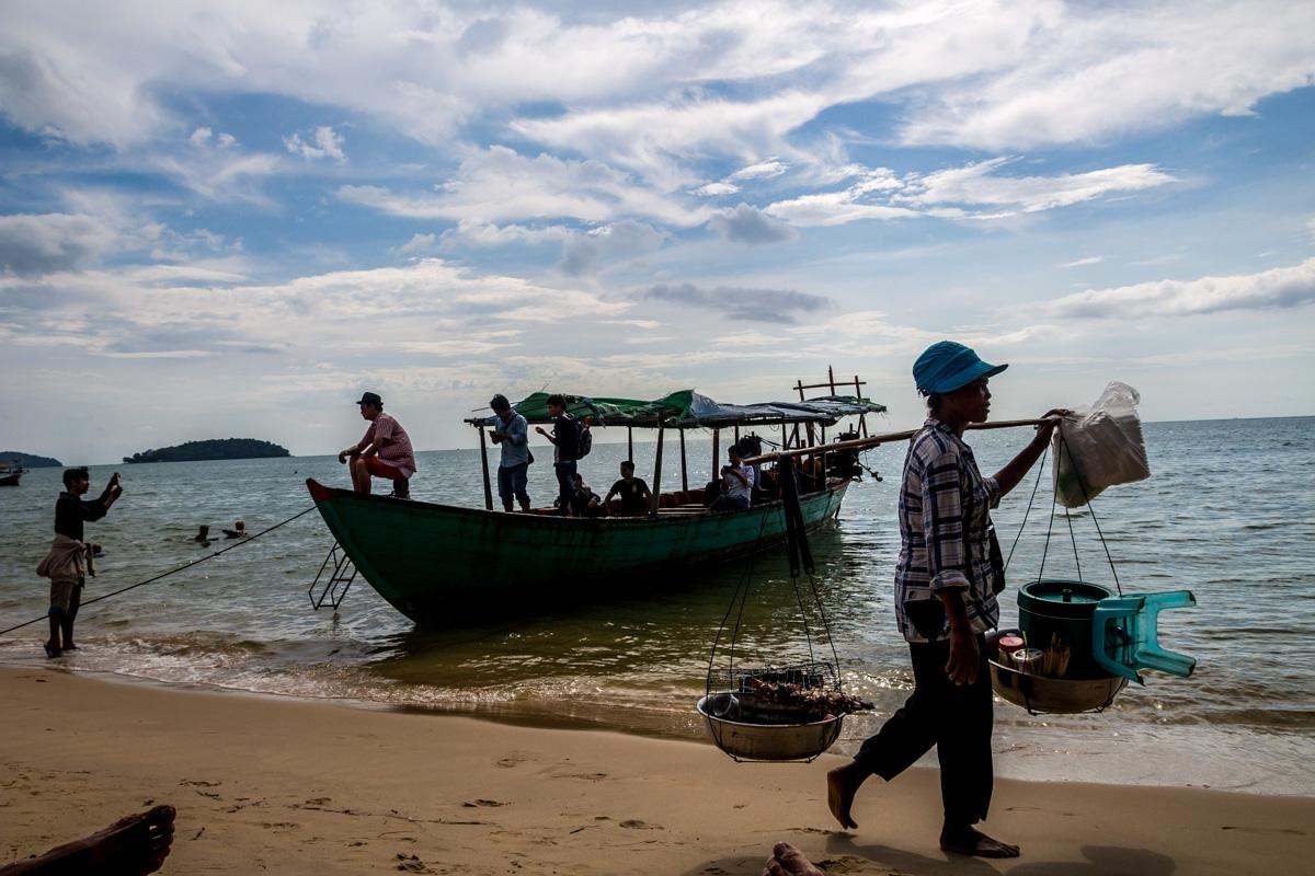 Vendedores y chinorris turistas sacándose fotos. Otres Beach