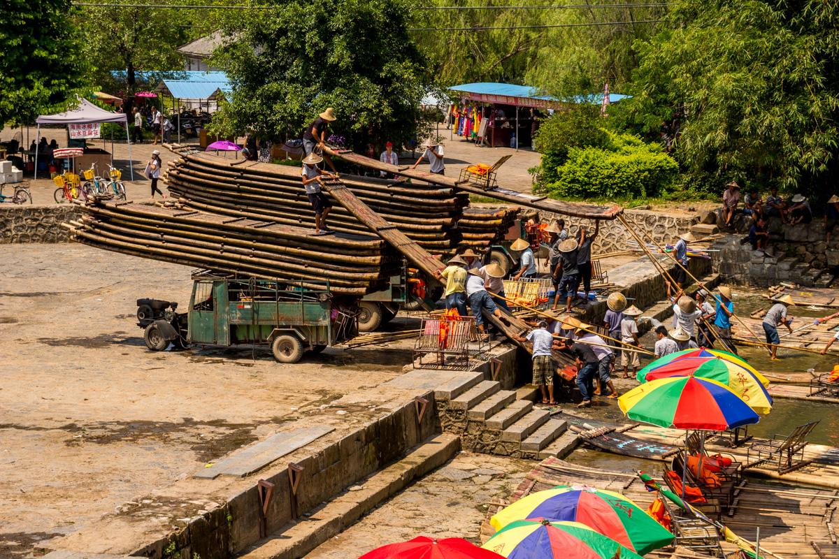 A cargar las barcas de bambú