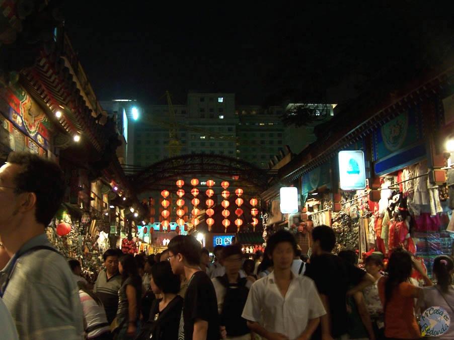 Mercado tradicional y turístico en mitad de la gran calle tecnológica