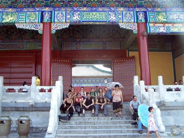 En las escaleras del templo
