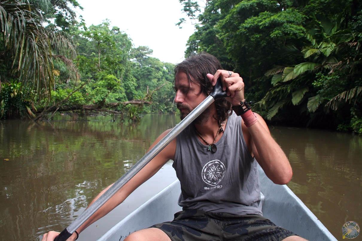 Por los canales de Tortuguero, buscando seres