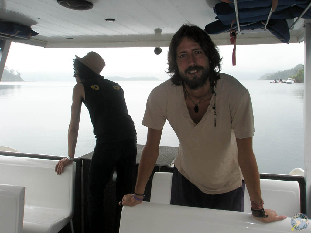 En el barco, atravesando un lago