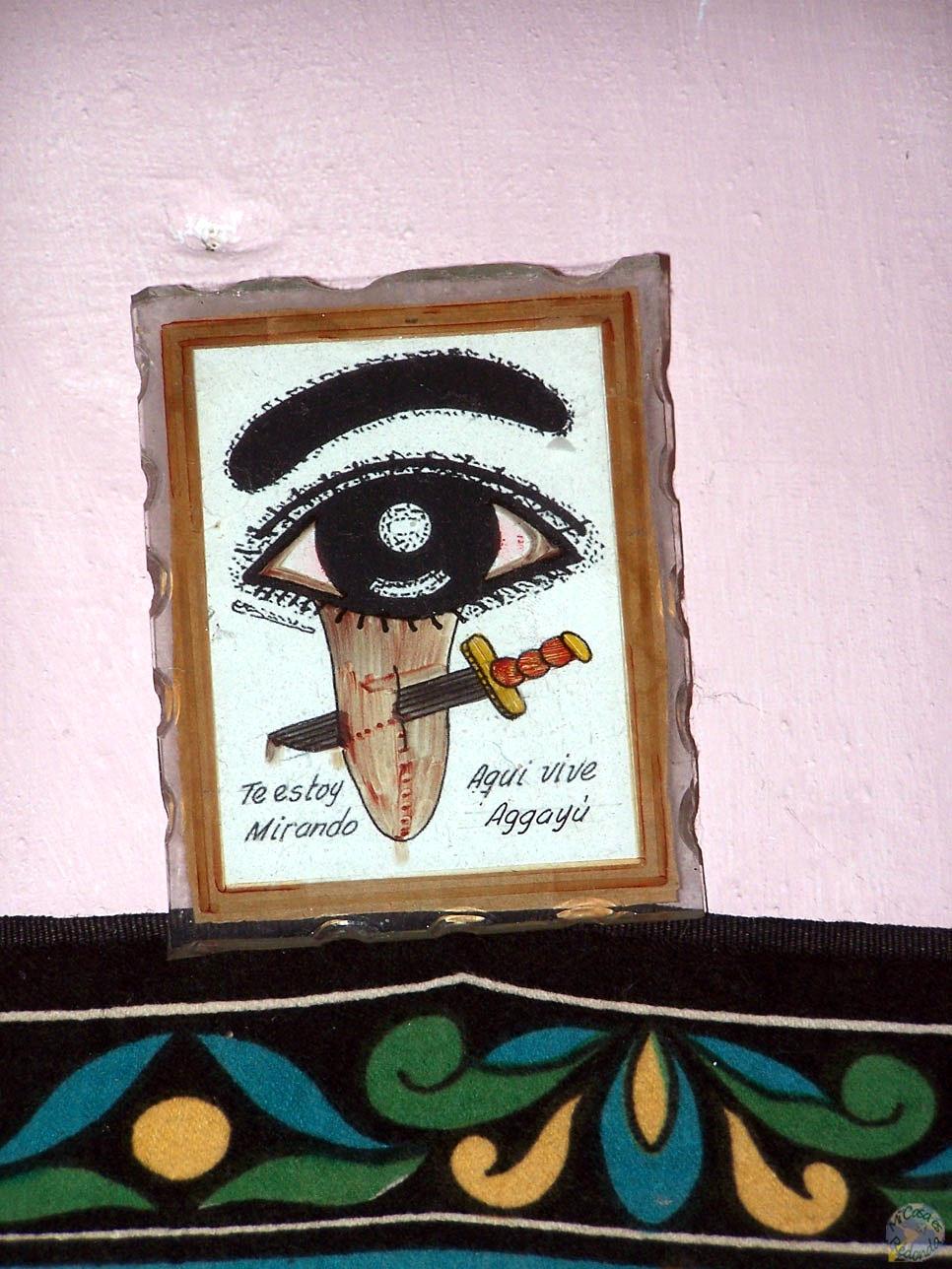 Mal rollo de cartel santero, en la puerta de nuestro alojamiento pirata