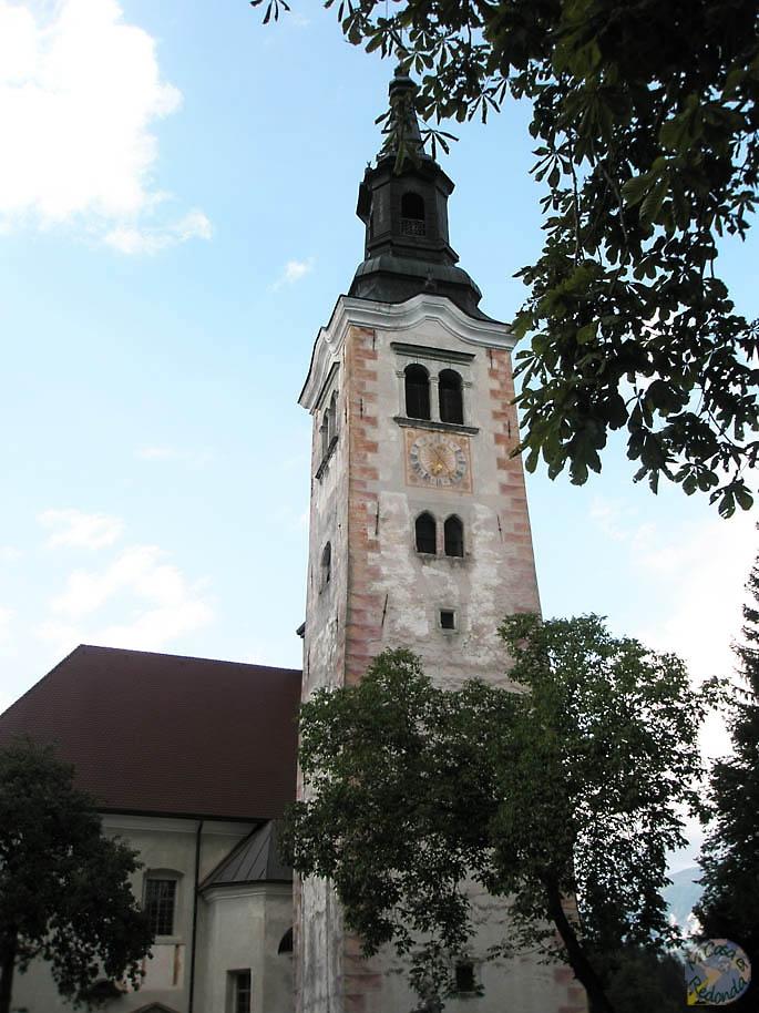 La iglesia en la isla del lago