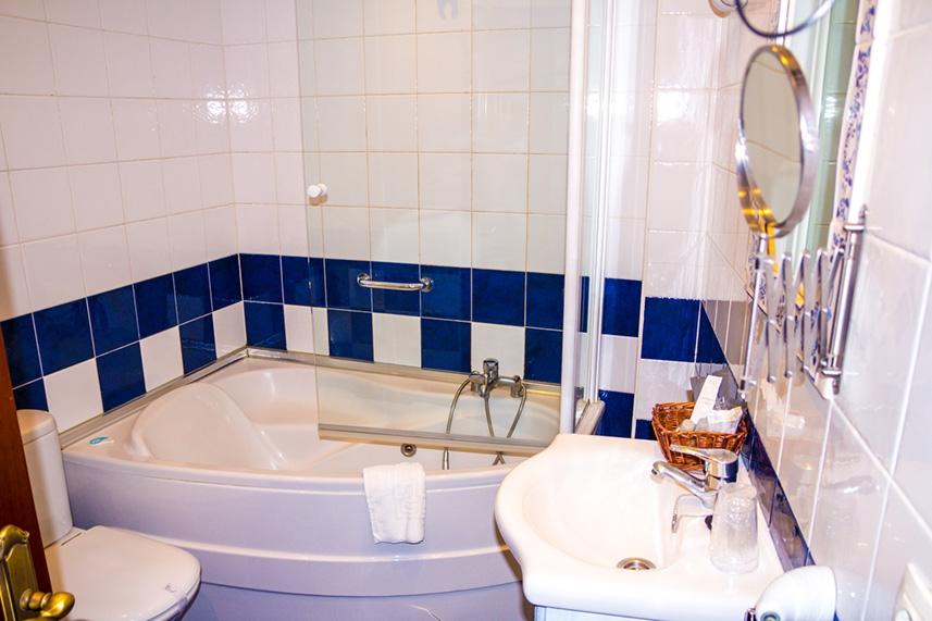 Baño de la habitación del Gran Hotel Rural Cela