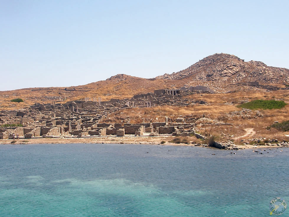 La isla de Delos desde el barco